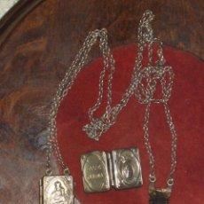 Antigüedades: COLGANTE LIBRO RELICARIO DOBLE DE PLATA,CON ESCAPULARIO O RELIQUIA.. Lote 81019812