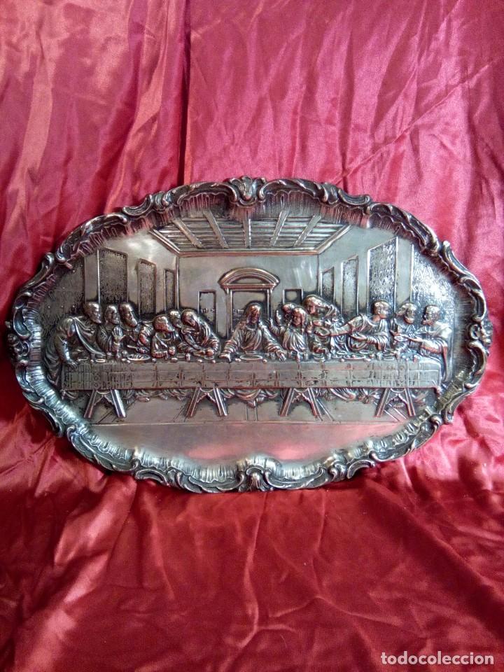 BANDEJA REPUJADA DE COBRE PLATEADA, REPRESENTACIÓN DE LA ÚLTIMA CENA. (Antigüedades - Religiosas - Orfebrería Antigua)