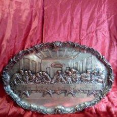 Antigüedades: BANDEJA REPUJADA DE COBRE PLATEADA, REPRESENTACIÓN DE LA ÚLTIMA CENA.. Lote 97733911