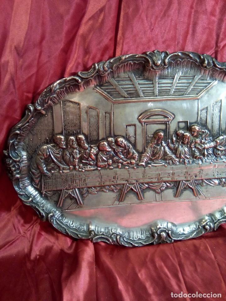 Antigüedades: Bandeja repujada de cobre plateada, representación de la última cena. - Foto 2 - 97733911