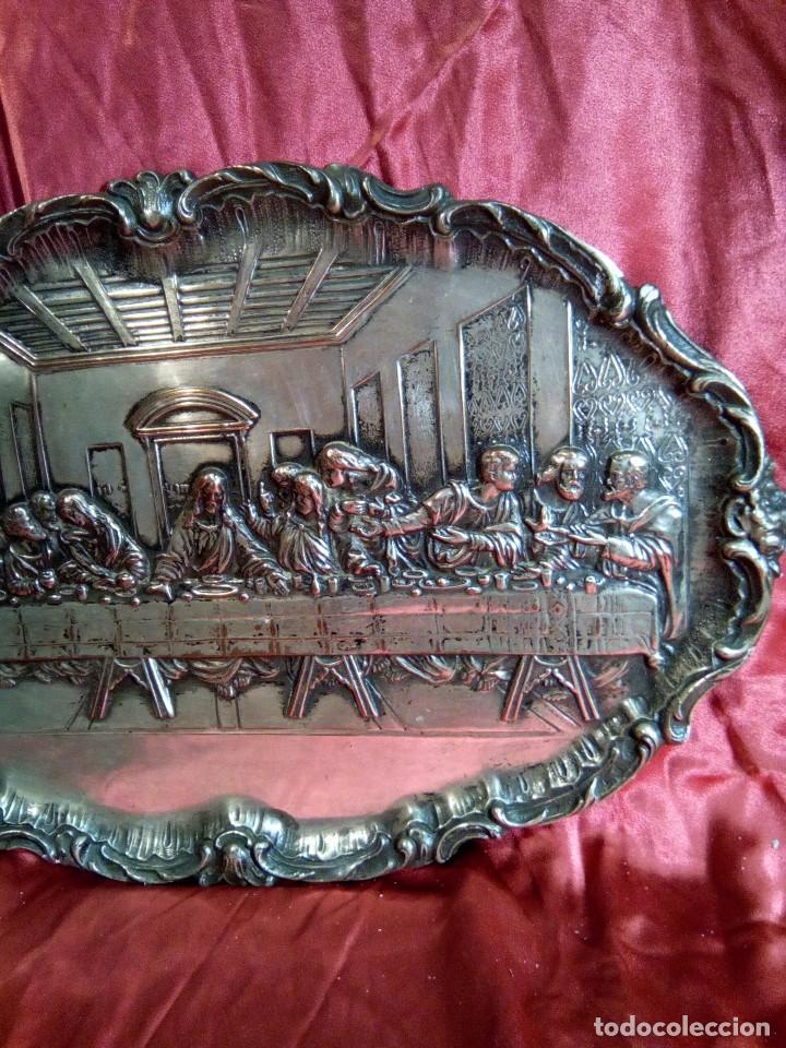 Antigüedades: Bandeja repujada de cobre plateada, representación de la última cena. - Foto 3 - 97733911
