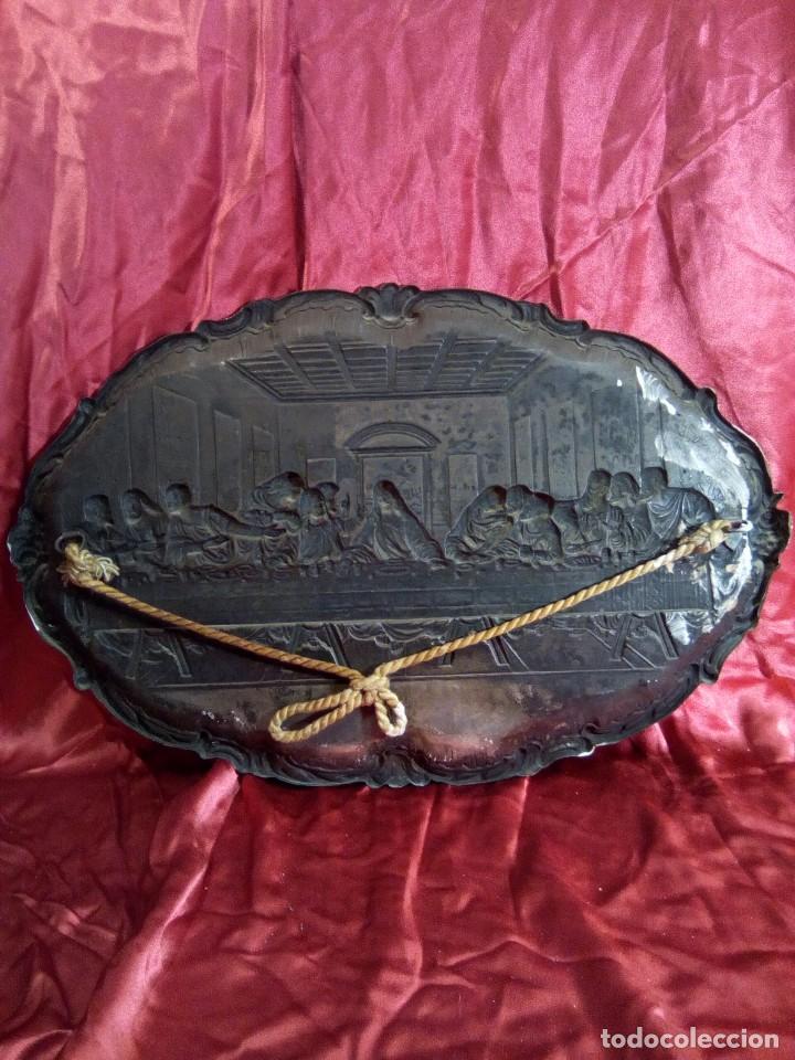 Antigüedades: Bandeja repujada de cobre plateada, representación de la última cena. - Foto 4 - 97733911