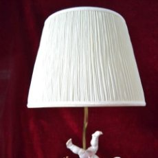 Antigüedades: LAMPARA CON RELOJ Y FIGURA DE PORCELANA ALGORA . Lote 81034940