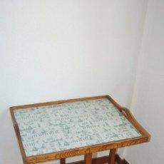 Antigüedades: PRECIOSA MESA AUXILIAR DE MADERA DE ROBLE - PLEGABLE - BANDEJA - AÑOS 30-40. Lote 81062616