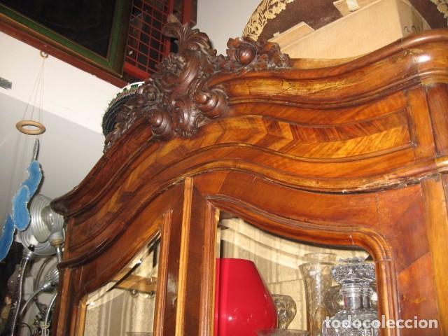 ANTIGUO ARMARIO ALTO CON COPETE 2,50 CM. VITRINA BALDAS Y PUERTAS CRISTAL BISELADO 113 X 52 CM. (Antigüedades - Muebles Antiguos - Armarios Antiguos)