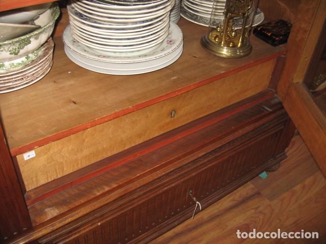 Antigüedades: Antiguo armario alto con copete 2,50 cm. vitrina baldas y puertas cristal biselado 113 X 52 cm. - Foto 5 - 81068048