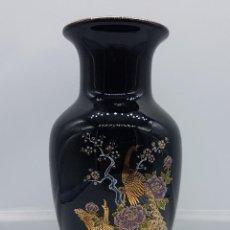 Antigüedades: JARRÓN ANTIGUO EN PORCELANA HECHO EN JAPÓN MOTIVOS DE PAVO REAL, ROSAS Y CEREZO.. Lote 81129140