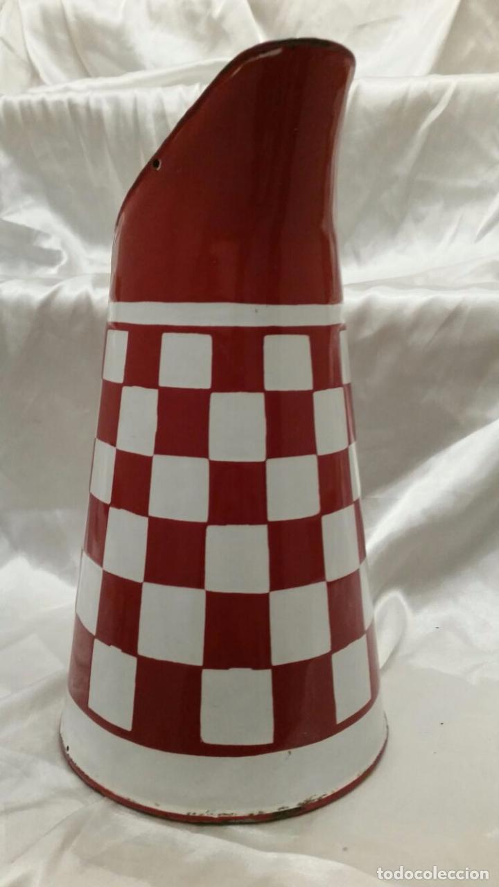 Antigüedades: Jarra antigua de metal esmaltado blanco y rojo - Foto 2 - 81134152