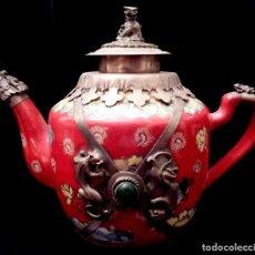 Antigüedades: GRAN TETERA EN PORCELANA CHINA, JADE Y PLATA TIBETANA - SELLO EN LA BASE.. Lote 81149472