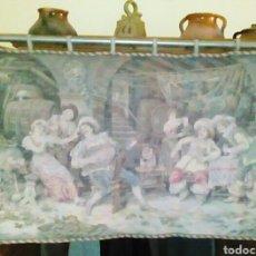 Antigüedades: ANTIGUO TAPIZ DE EPOCA. ESCENAS COSTUMBRISTAS. CON SU BARRA METALICA ORIGINAL PARA COLGAR.. Lote 81629516