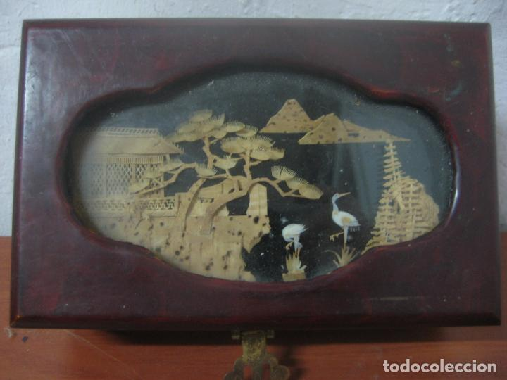 Antigüedades: CAJA JOYERO CON DIORAMA CENTRAL, ORIGEN CHINO, MADERA CON FIGURAS TALLADAS DE CORCHO Y NACAR,ANTIGUO - Foto 5 - 83280560
