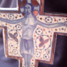 Antigüedades: CRUZ DE CERAMICA DE REFLEJOS FIRMADA, A IDENTIFICAR. MIDE 28 X 21 CM.. Lote 81702200