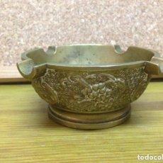 Antigüedades: ANTIGUO Y GRANDE CENICERO 420 GRS REPUJADO ADORNOS VARIOS. Lote 81788792