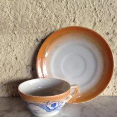 Antigüedades: TAZA Y PLATO SANTA CLARA - COLECCIÓN - REFLEJOS NACARADOS EN TONOS NARANJAS Y AZULES, FLORES. Lote 81843060