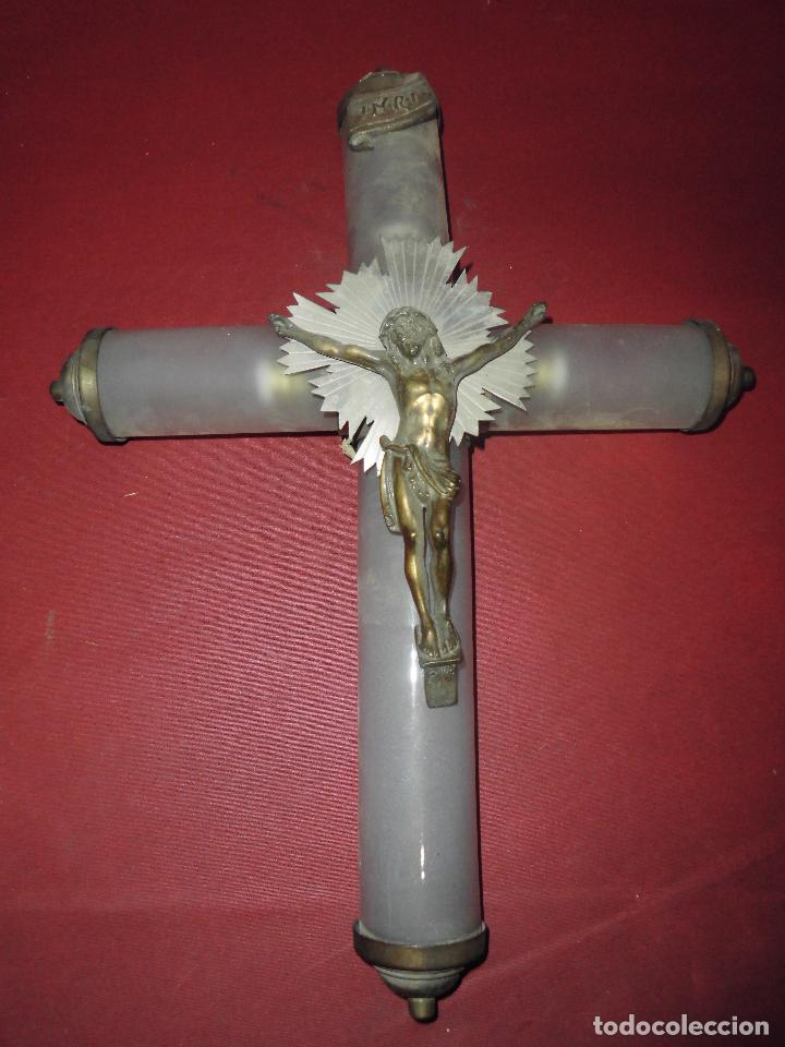IMPRESIONANTE CRUZ LUMINOSA PRINCIPIOS DEL XX,EN METAL Y TRES TUBOS DE CRISTAL SOPLADO GLASEADOS (Antigüedades - Religiosas - Crucifijos Antiguos)
