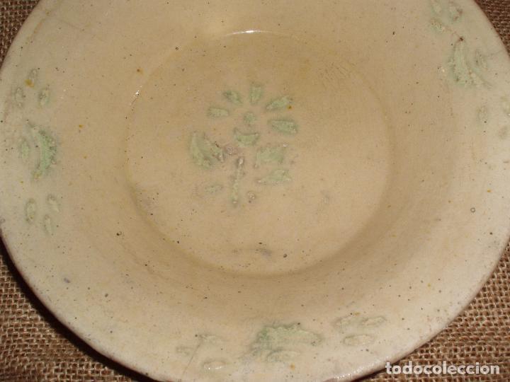 ANTIGUO PLATO CERAMICA CATALANA DE LA BISBAL. PIEZA COLECCIONISTA, CON FLORES VERDES. (Antigüedades - Porcelanas y Cerámicas - La Bisbal)