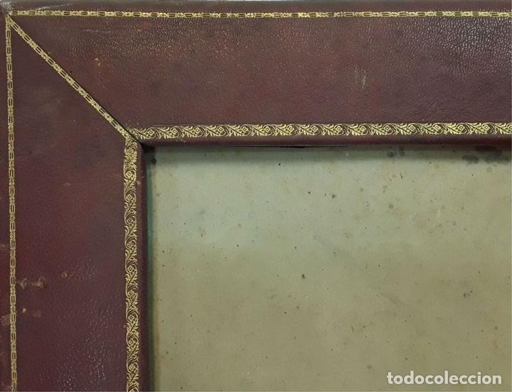 Antigüedades: MARCO DOBLE DE CUERO ROJIZO CON CENEFA DORADA. ESPAÑA. SIGLO XX (?) - Foto 2 - 81991540
