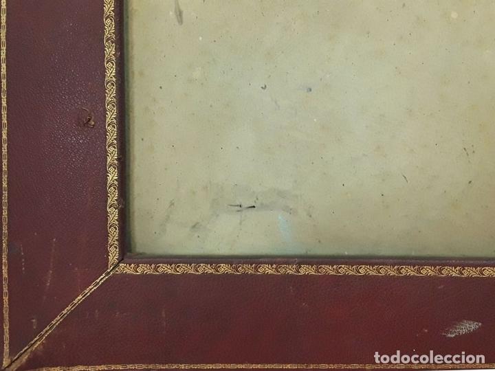 Antigüedades: MARCO DOBLE DE CUERO ROJIZO CON CENEFA DORADA. ESPAÑA. SIGLO XX (?) - Foto 4 - 81991540