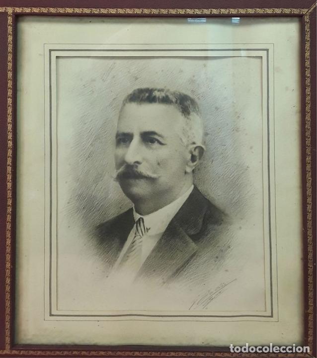 Antigüedades: MARCO DOBLE DE CUERO ROJIZO CON CENEFA DORADA. ESPAÑA. SIGLO XX (?) - Foto 6 - 81991540