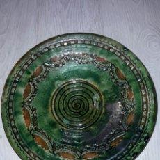 Antigüedades: LA FIRMA EN LA BASE DE - TITO UBEDA - DE 32 CM DE DIÁMETRO.. Lote 82003496