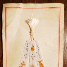 Antigüedades: PUNTO DE LIBRO DE CATECISMO INFANTIL DE TRES MEDALLITAS AÑOS 40 & 50.ENVASE ORIGINAL. Lote 82014680