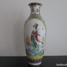 Antigüedades: JARRON DE PORCELANA CON MARCAJE EN LA BASE 37 CENTIMETROS DE ALTO. Lote 82023916