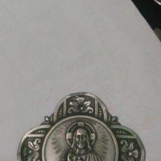 Antigüedades: MEDALLA RELIGIOSA METAL PLATEADO SAGRADO CORAZÓN DE JESÚS ANTIGUA. Lote 82027742