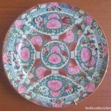 Antigüedades: PLATO. PORCELANA ESMALTADA. PINTADO A MANO. CHINA. MACAO. MEDIADOS SIGLO XX.. Lote 82037084