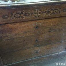 Antigüedades: COMODA SIGLO XIX DE NOGAL CON MARQUETERIA PARA RESTAURAR. Lote 82063080