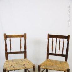 Antigüedades: BONITA PAREJA DE SILLAS DE MADERA NOBLE Y ESPARTO O ENEA - RESPALDO DE BARILLAS TORNEADAS - . Lote 82154564