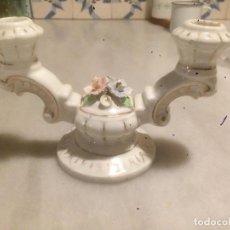 Antigüedades: ANTIGUA PAREJA DE CANDELABROS / PALMATORIAS DE PORCELANA BLANCA CON RIBETE DORADO AÑOS 40 . Lote 82171572