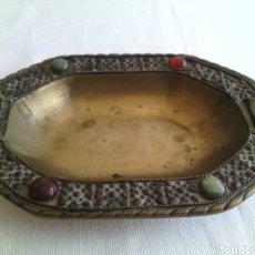 Antigüedades: CENICERO METALICO LABRADO A MANO CON PEDRERIA INDIA. Lote 82171592