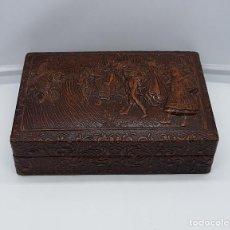Antigüedades: CAJA ANTIGUA PARA PUROS EN PIEL REPUJADA CON MOTIVOS DE CERVANTES.. Lote 82176240