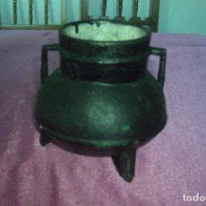 Antigüedades: OLLA ANTIGUA DE HIERRO DE TRES PATAS. Lote 82202240
