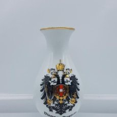 Antigüedades: JARRON ANTIGUO EN PORCELANA DE VIENNA AUSTRIA CON ESCUDO PINTADO.. Lote 82202836