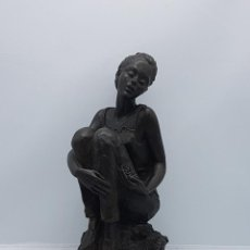Antigüedades: BELLA ESCULTURA ANTIGUA DE MUJER SENTADA SOBRE ROCAS FIRMADA.. Lote 82204292