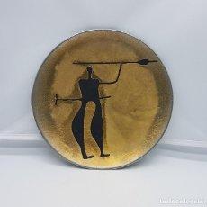 Antigüedades: PLATO ANTIGUO DE COLECCIÓN EN PELTRE HECHO EN NORUEGA PINTADO A MANO Y FIRMADO HELGI JOENSEN.. Lote 82204956