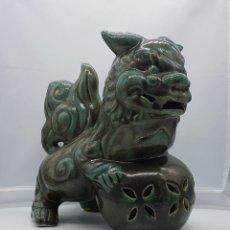 Antigüedades: ESCULTURA ANTIGUA DE LEON DE BUDA O PERRO FU EN CERÁMICA CHINA CON ACABADO EN VERDE VIDRIADO .. Lote 82205268