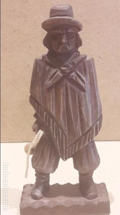 GAUCHO ARGENTINO CON BOLEADORAS TALLADO EN MADERA. 13.5 X 6 CM. (Antigüedades - Hogar y Decoración - Otros)