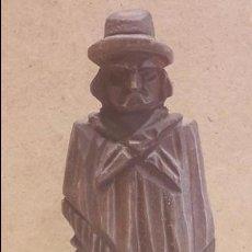 Antigüedades: GAUCHO ARGENTINO CON BOLEADORAS TALLADO EN MADERA. 13.5 X 6 CM.. Lote 128146182