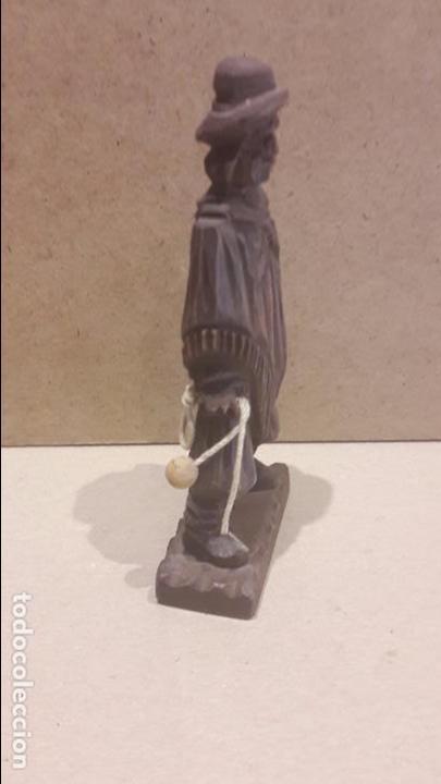 Antigüedades: GAUCHO ARGENTINO CON BOLEADORAS TALLADO EN MADERA. 13.5 X 6 CM. - Foto 2 - 128146182