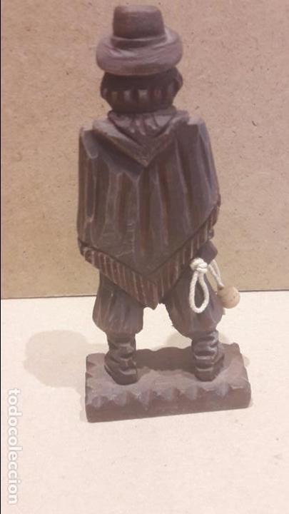 Antigüedades: GAUCHO ARGENTINO CON BOLEADORAS TALLADO EN MADERA. 13.5 X 6 CM. - Foto 4 - 128146182