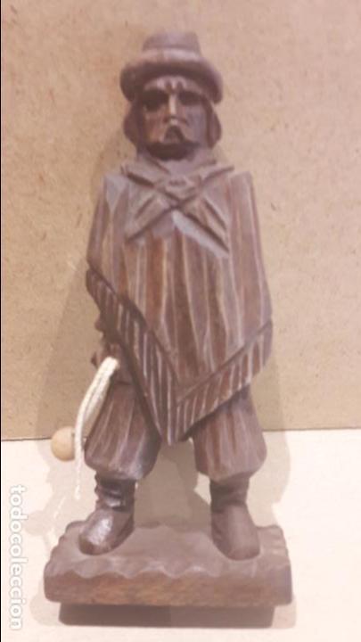 Antigüedades: GAUCHO ARGENTINO CON BOLEADORAS TALLADO EN MADERA. 13.5 X 6 CM. - Foto 5 - 128146182