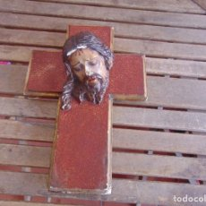 Antigüedades: CABEZA DE CRISTO SOBRE CRUZ CRUCIFIJO EN ESTUCO POLICROMADO Y MADERA TIPO OLOT RESTAURAR . Lote 82453516