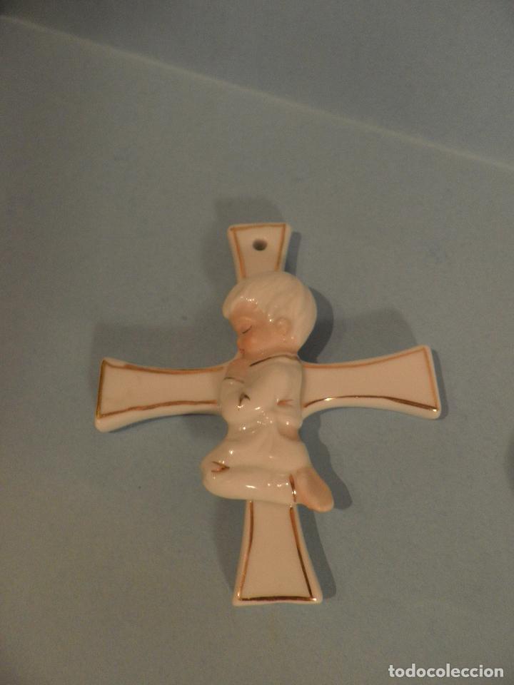 CRUZ RELIGIOSA DE PORCELANA CON NIÑO REZANDO, ORIGEN BELGA. (Antigüedades - Religiosas - Cruces Antiguas)