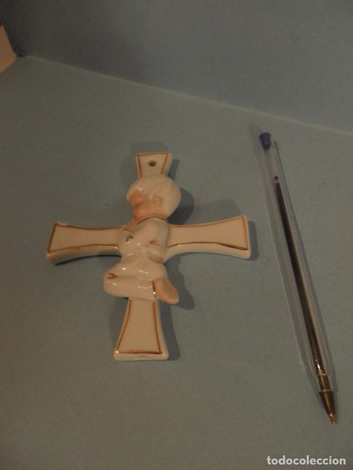 Antigüedades: CRUZ RELIGIOSA DE PORCELANA CON NIÑO REZANDO, ORIGEN BELGA. - Foto 2 - 82510008