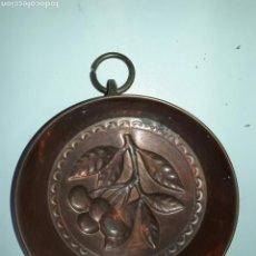 Antigüedades: MOLDE DE COBRE CON IMAGEN DE CEREZAS. Lote 82551716
