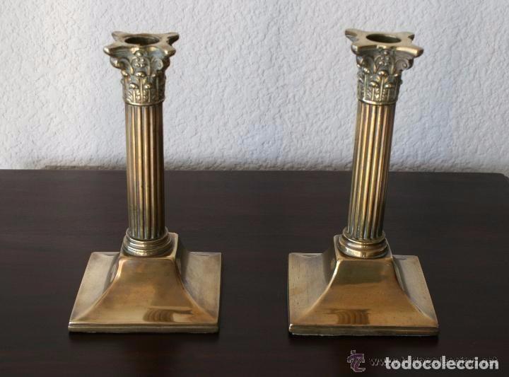 MAGNIFICA PAREJA DE ANTIGUOS CANDELABROS PORTAVELAS DE LATON CON RELIEVES - 20 CM ALTURA (Antigüedades - Hogar y Decoración - Portavelas Antiguas)