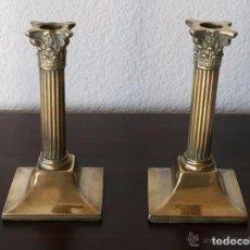Antigüedades: MAGNIFICA PAREJA DE ANTIGUOS CANDELABROS PORTAVELAS DE LATON CON RELIEVES - 20 CM ALTURA . Lote 82688496