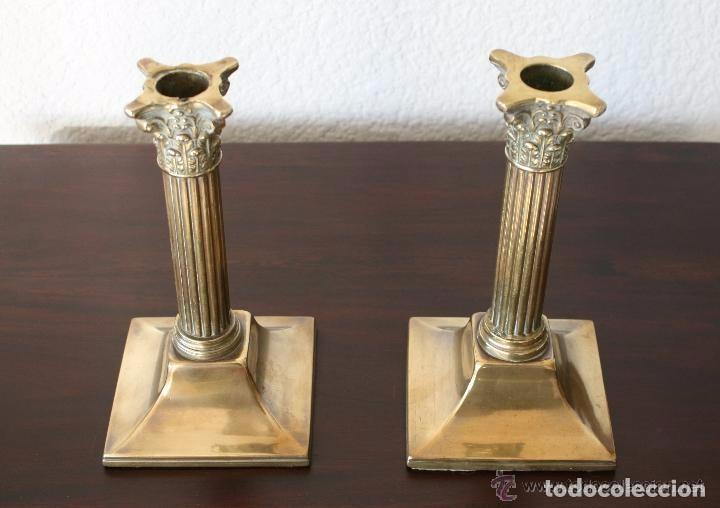Antigüedades: MAGNIFICA PAREJA DE ANTIGUOS CANDELABROS PORTAVELAS DE LATON CON RELIEVES - 20 CM ALTURA - Foto 4 - 82688496